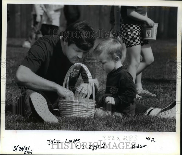 1991 Press Photo John Lape and son-Adam-Easter egg hunt-Alpenrose Dairy - Historic Images