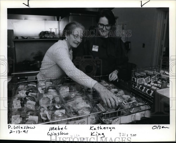 1991 Press Photo Mabel Winslow helps Katheryn King, manager of Loaves and Fishes - Historic Images
