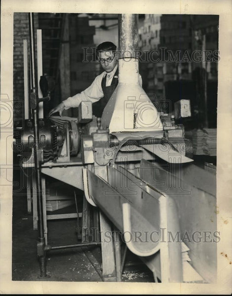 1926 Press Photo Willard Storage Battery Company worker at the plant - neb38441 - Historic Images