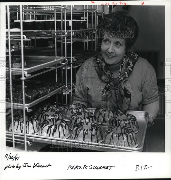 1991 Press Photo Gloria Samples shows off some of her pear brandy pound cakes - Historic Images