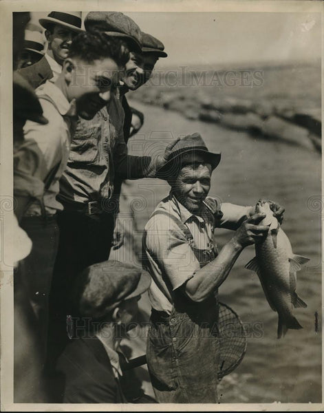 1932 Press Photo Gus Taylor catched a big fish - Historic Images