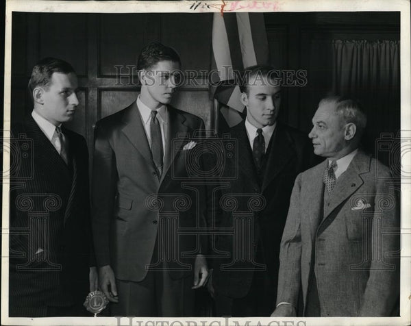 1912 Press Photo Bob Riley and Allen Menke honored at Purdue basketball banquet - Historic Images