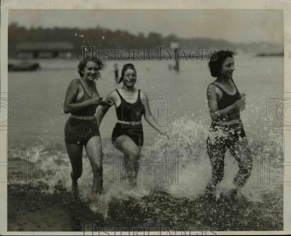 1932 Press Photo Constance Black Helen Nagy Lena Santell run through water - Historic Images