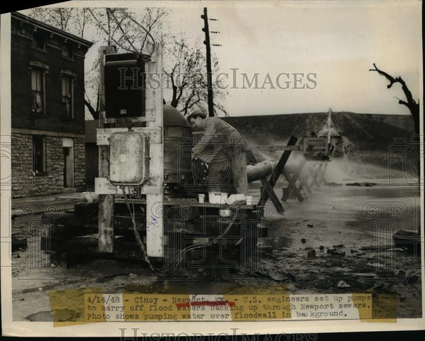 1948 Press Photo U.S Engineers set up pumps to carry of Flood waters at Newport - Historic Images