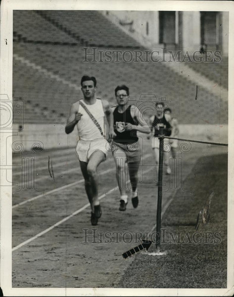 1928 Press Photo runners practicing pace judgement by reaching markers in time - Historic Images