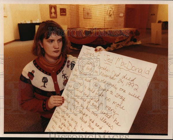 1992 Press Photo Lest We Forget, Nancy Lindberg displays message she wrote. - Historic Images