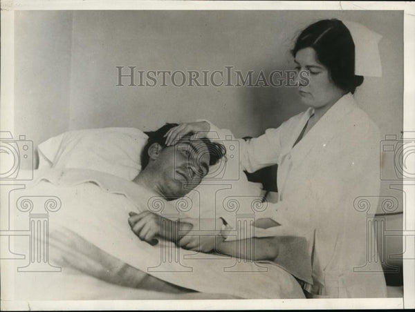 1929 Press Photo Jack McGiugejuin Being Treated By Nurse Hilda Hairlgrave - Historic Images