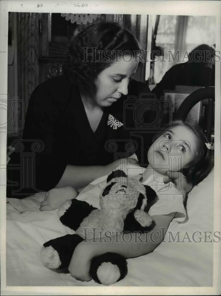 1942 Press Photo Elaine Esposito With Her Mother Mrs. Lucille Esposito - Historic Images