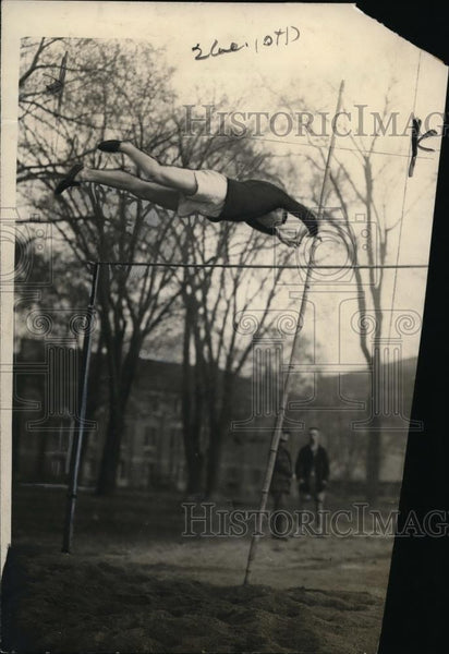 1922 Press Photo EL Johnson pole vaulter at Army track & field practice - Historic Images