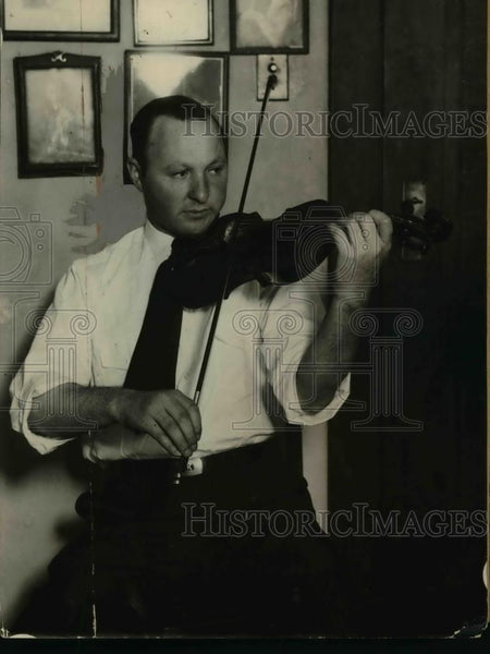 1925 Press Photo A.Koodlach,Connoisseur of Violins holds Lorenzo Guadanini - Historic Images