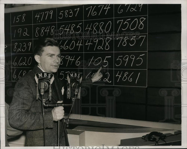 1940 Press Photo Stephen McCormick Points His Number Which Was Drawn In Lottery - Historic Images