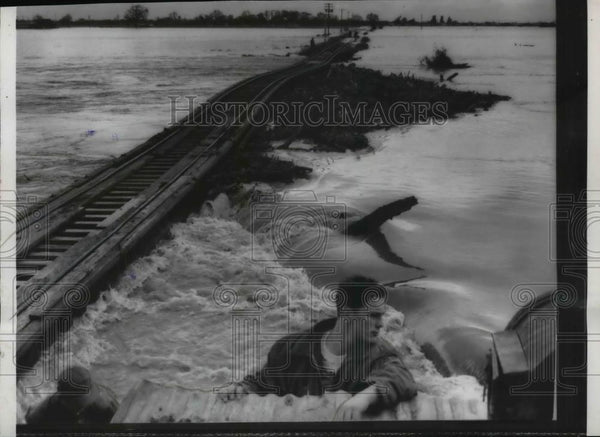 1958 Press Photo Pacific Railroad Bridge blasted away from water floods - Historic Images
