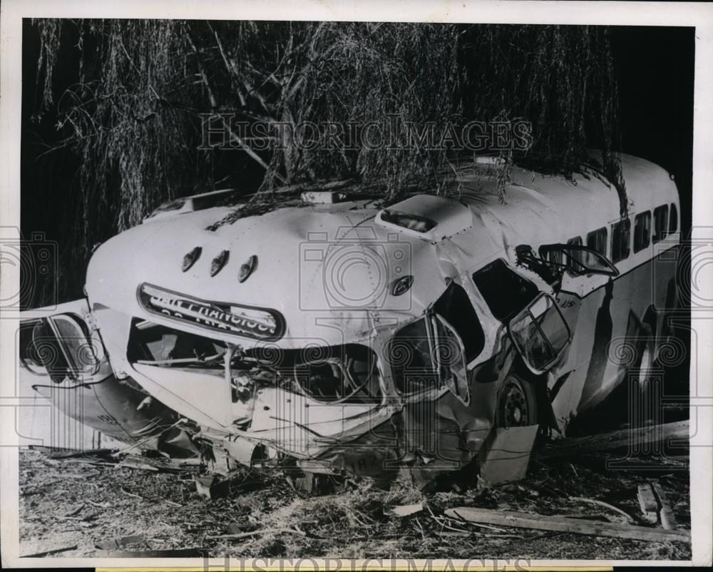 1946 Press Photo Greyhound Bus plunged over an embankment of Selby Hill - Historic Images