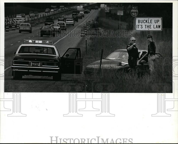 1991 Press Photo ISP Cpl Jim Culpepper Interviews Motorist after Car Accident - Historic Images