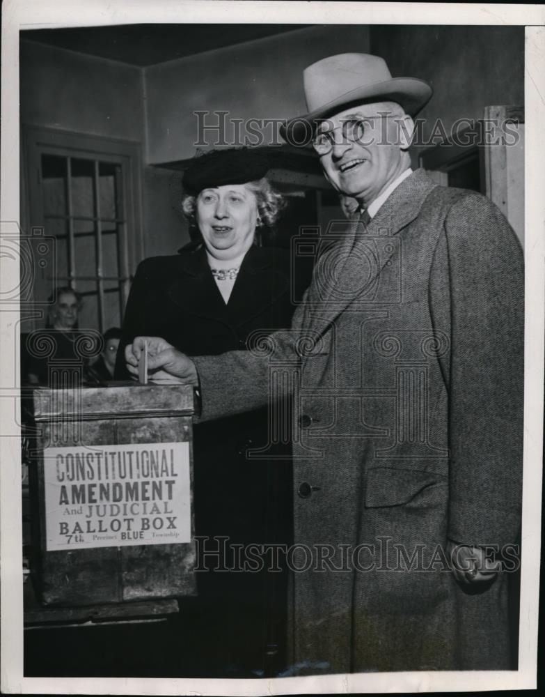 1944 Press Photo Pres.Harry Truman and Wife cast their ballot at Independence - Historic Images