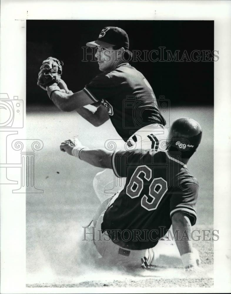 Press Photo Tommy Hinzo makes the play to 2nd as Luis Medina slides in - Historic Images