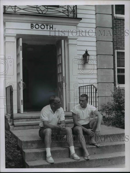 1966 Press Photo Collie & Tom Gunnoe chat in front of booth Browns House - Historic Images