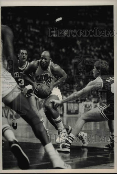 1986 Press Photo Dennis Johnson (3) Celtics, world Be Free (21)Cavs - cvb63645 - Historic Images