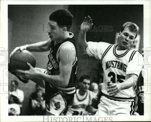 Press Photo Tim Wade rebounds the ball while Jason Shilling can only watch. - Historic Images
