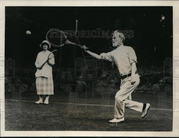 1923 Press Photo Eighty year old Major George Putnam plays tennis in London - Historic Images