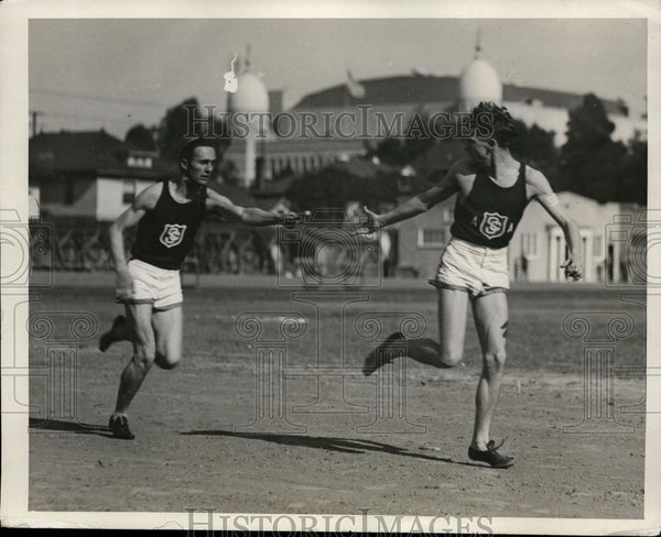 1928 Press Photo Two runners demonstrate the easiest form of baton passing - Historic Images