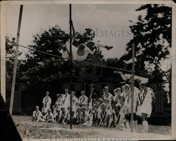 1929 Press Photo Bernice Payne clears bar in pole vault at Camp Wetomachek - Historic Images