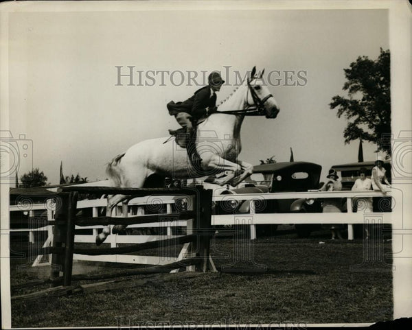 1929 Press Photo Elizabeth Douglas jumps at Westchester County Horse Show - Historic Images