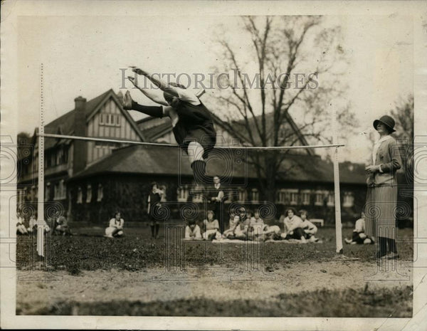 1923 Press Photo Elizabeth W. Mallory of Briarcliff, NY school in high jump - Historic Images