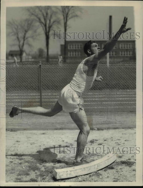 1927 Press Photo Bill Davidson of a track team in discus event at a meet - Historic Images