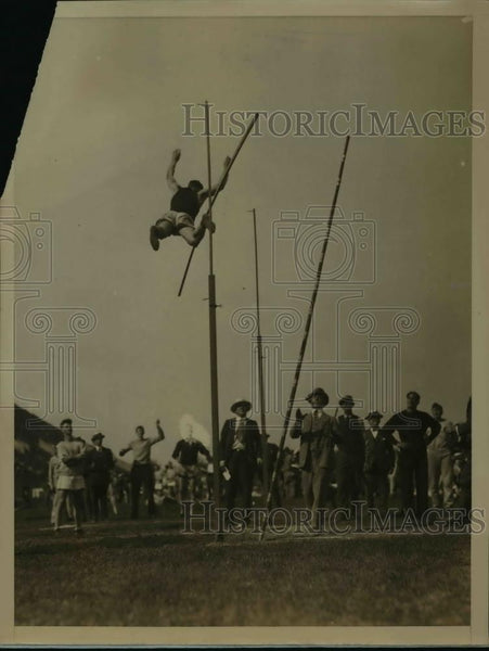 1926 Press Photo Yale University's Sabin Carr clears bar in pole vault event - Historic Images