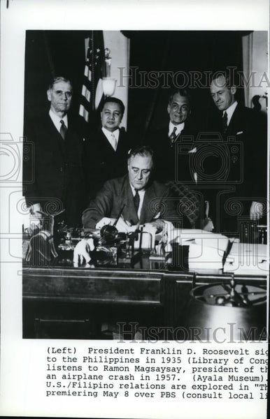 1935 Press Photo President Roosevelt signs legislation for Philippines status. - Historic Images