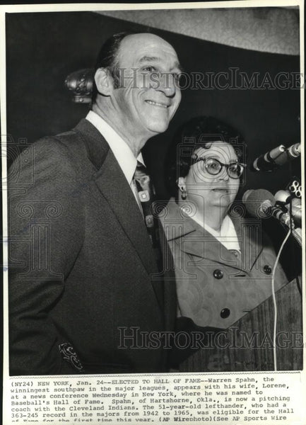 1973 Press Photo Warren Spahn with wife at a conference in New York. - cvb76989 - Historic Images