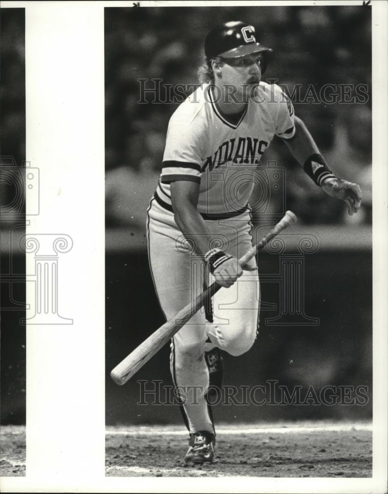 1985 Press Photo Pat Tabler of the Cleveland Indians hitting a grounder