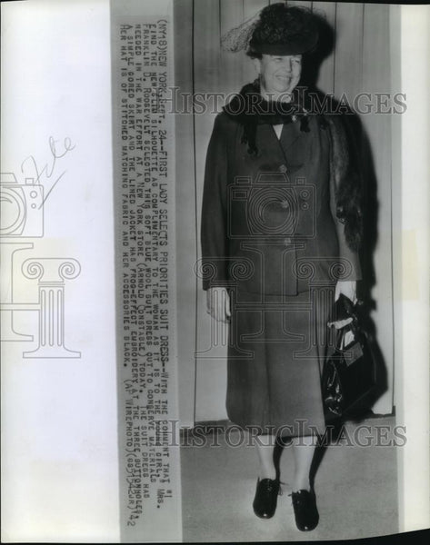 1942 Wire Photo Mrs. Franklin D. Roosevelt in a soft blue wool dress - Historic Images
