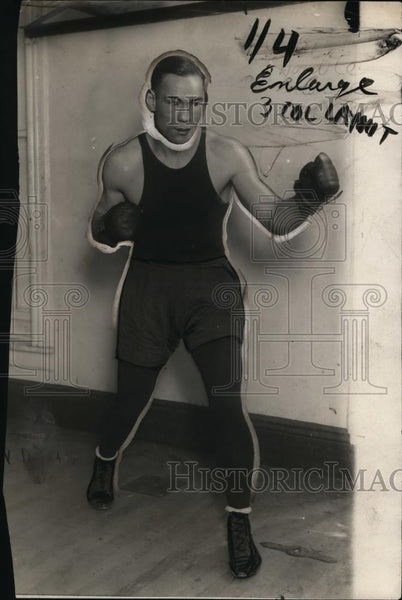 1924 Press Photo Boxer Sully Montgomery poses during training for a fight - Historic Images