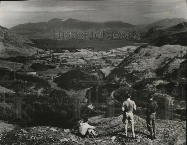 Press Photo Tourists enjoying the view of Derwentwater from Castle Crag - Historic Images