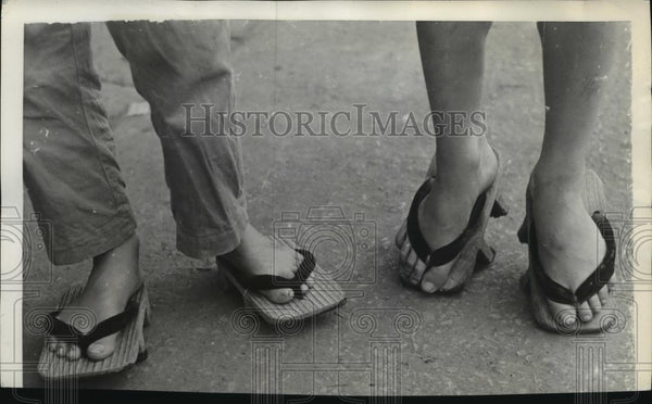 1937 Press Photo Japanese wears clip-clopping clogs after dark - spx10337 - Historic Images