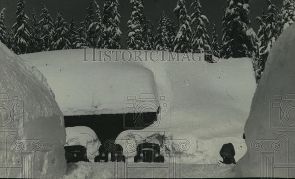 1936 Press Photo Cars in front of 15 ft snow Govt Camp-Crater Lake National Park - Historic Images