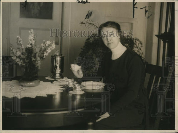 1920 Press Photo Mrs. Armette Adams at her breakfast table. - nee68098 - Historic Images