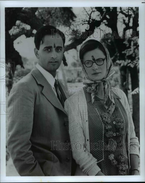 Press Photo Couple poses with marks on their foreheads - cvp59968 - Historic Images