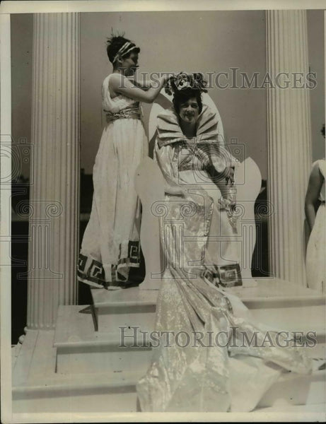 1930 Press Photo Nina Hastings of PA Crowning Catherine Bender Queen of May - Historic Images