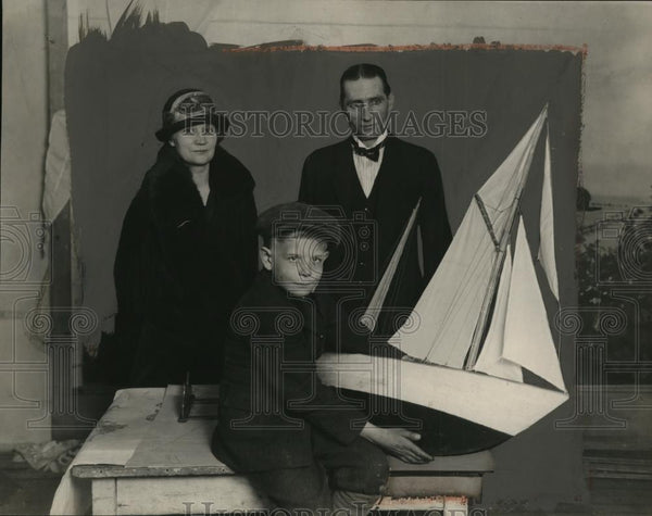 1924 Press Photo Family to Sail from Chicago to South Seas Model of Ship Ketch - Historic Images
