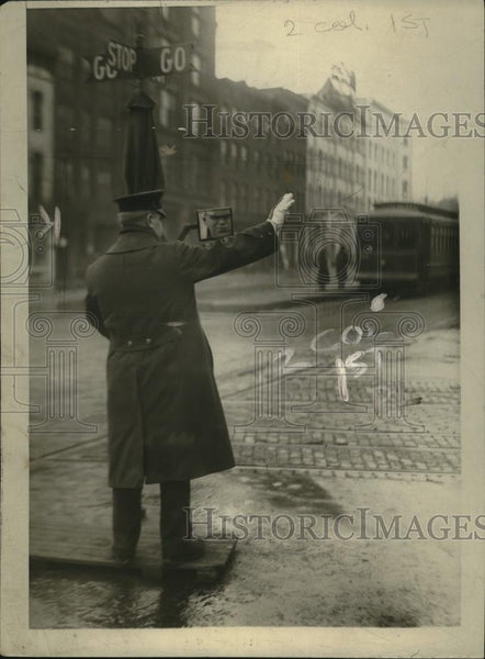 1920 Press Photo Traffic Policeman A.M.Gibbon used Automobile Mirror - nef54532 - Historic Images
