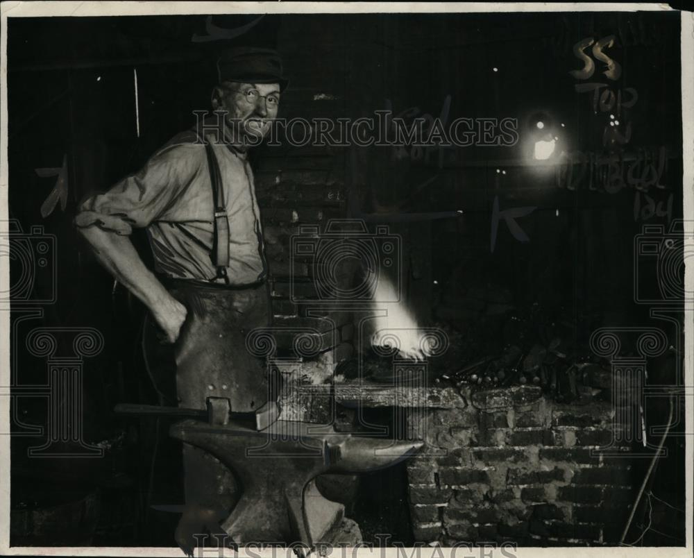 1925 Press Photo George Hennis  blacksmith at work in his shop - neo00728 - Historic Images