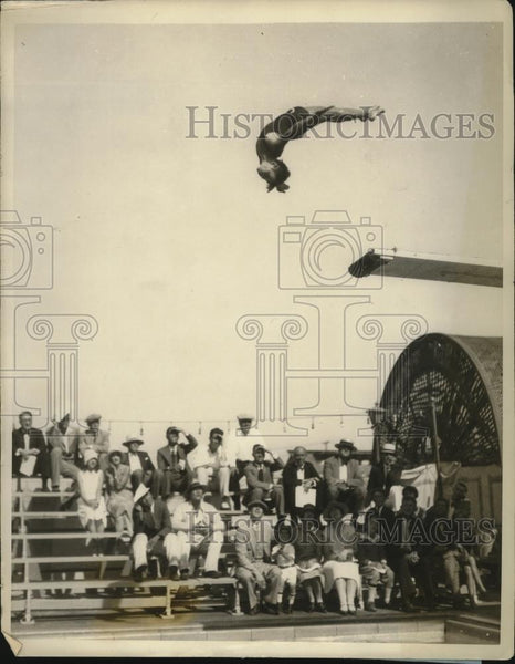 1927 Press Photo Marie Duvakk of LA executes a dive at Ambassador pool - Historic Images