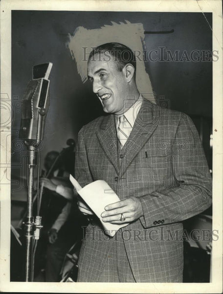 1937 Press Photo Johnney Allen Cleveland pitcher on national radio show - Historic Images