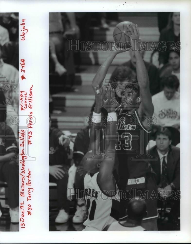 1992 Press Photo #30 Terry Porter & #43 Pervis Ellison at Blazers - Bullets game - Historic Images