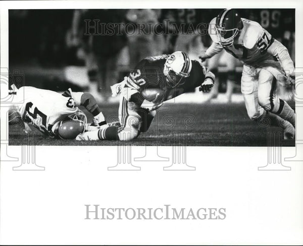 1986 Press Photo Anthony Griggs, Browns, stops Ron Davenport, Dolphins, football - Historic Images