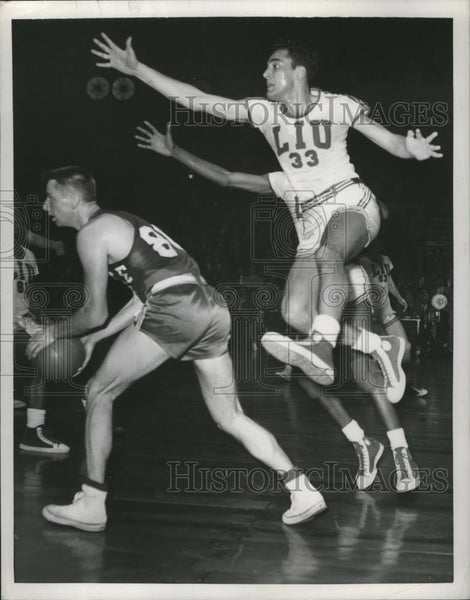 1951 Press Photo Dick Fuertafa leaps for the ball for Long Island University - Historic Images