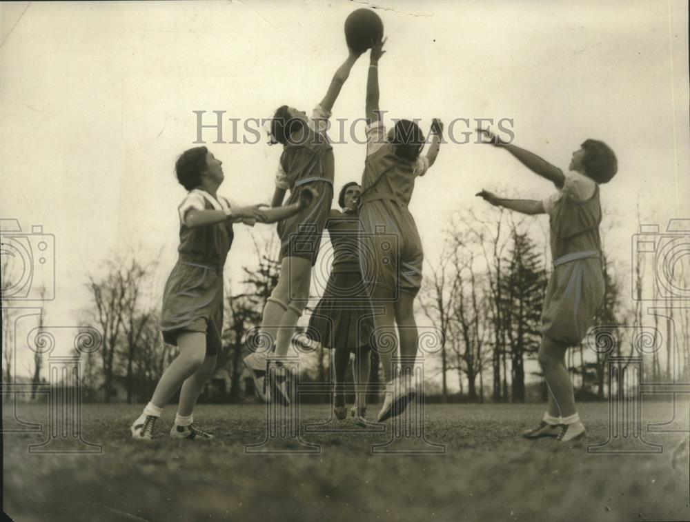 1930 Press Photo NJ College girls Arnita Kozusko, Katherine Roth at basketball - Historic Images